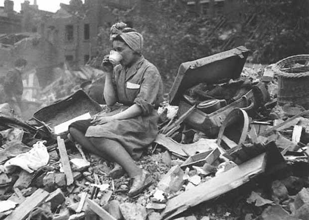 Una mujer tomando el té luego del ataque alemán a Londres. [1940]